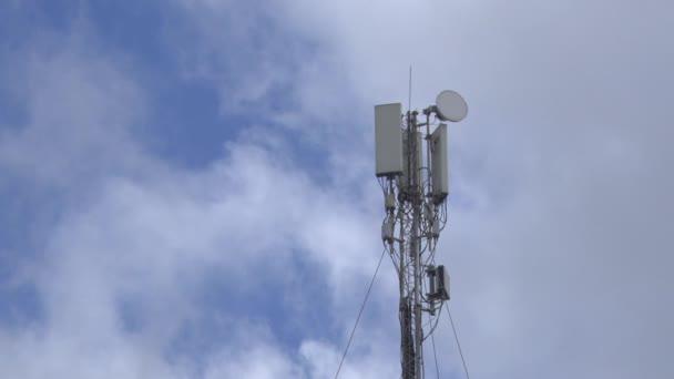 základnové stanice mobilních operátorů umístěných ve městě a na střechách
