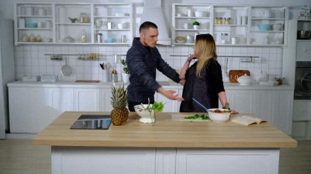 pár se popral v kuchyni