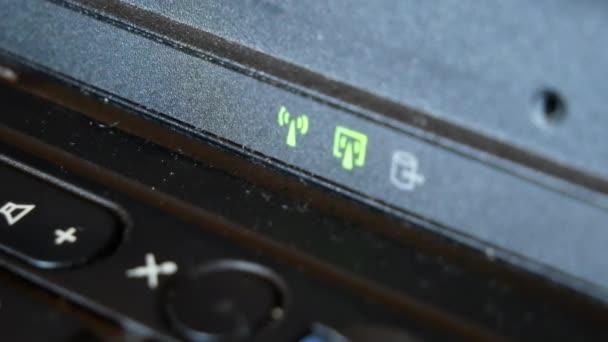 Laptop bekapcsoló gomb. Wi-Fi és számítógép-meghajtó kijelzők