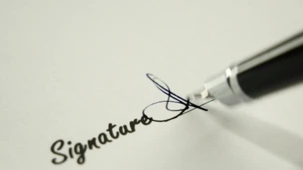 Ein Mann unterschreibt ein Dokument mit einem Tintenstift.