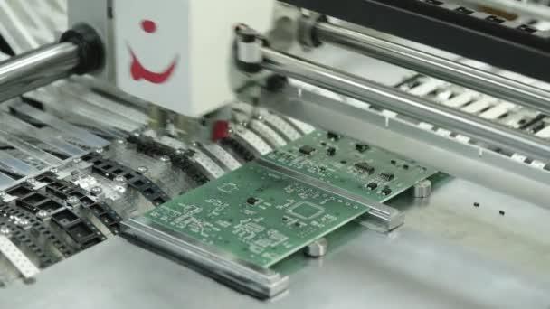 Elektronikus karton gyártása. Közelkép.