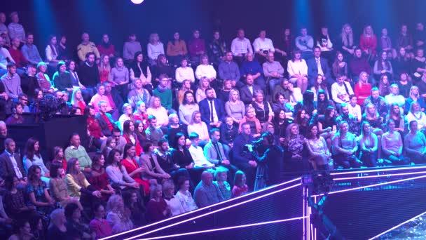 Lidé diváci v televizním studiu při nahrávání TV show