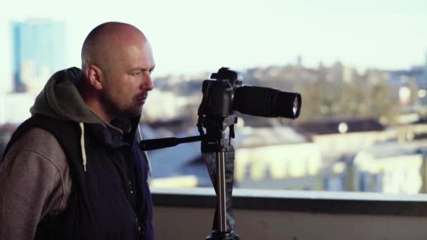 Kameraman fotograf s fotoaparátem Dslr na stativu ve městě natáčí video. Kyjev. Ukrajina
