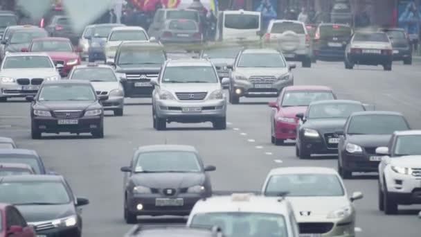 Silniční doprava. Auta jezdí po silnici. Kyjev. Ukrajina