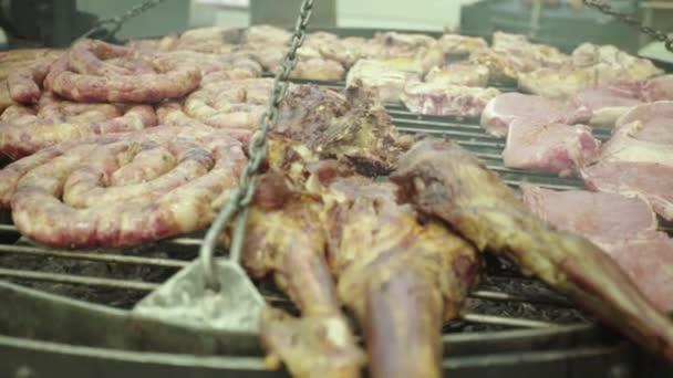 Das Fleisch wird auf einem Eisengrill gebraten. Nahaufnahme. b-b-q.