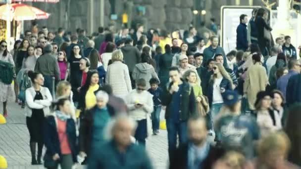 Dav. Mnoho lidí chodí po ulici. Kyjev. Ukrajina
