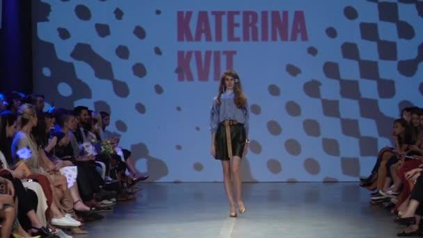 Lány modell a kifutón a divatbemutatón