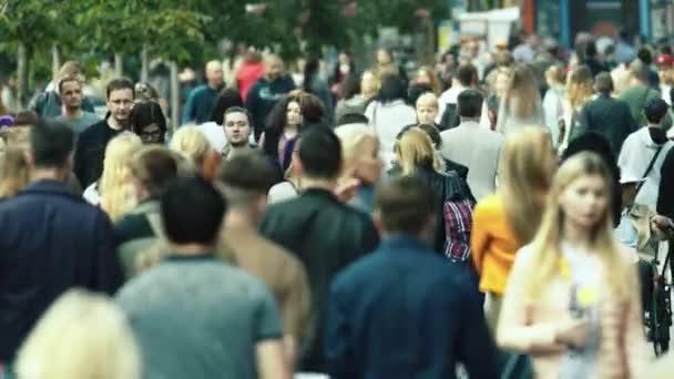 Tömeg. Sokan sétálnak az utcán. Kijevben. Ukrajna