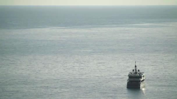 Loď v moři. Sveti Stefan. Černá