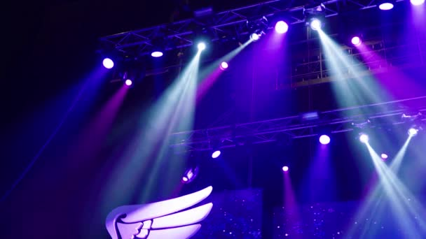 Színpad fényekkel. Háttérvilágítás. Koncertfény.