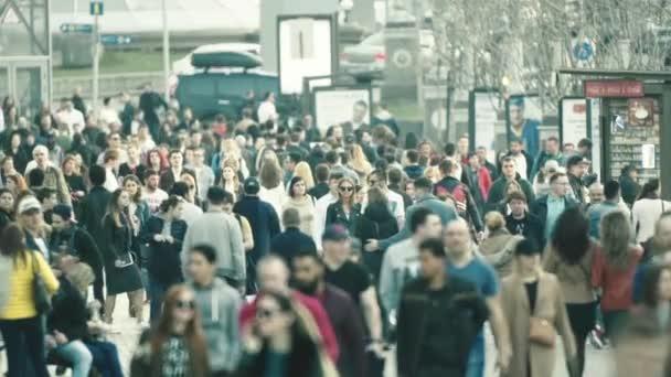 Dav lidí kráčejících po ulici. Zpomal. Kyjev. Ukrajina