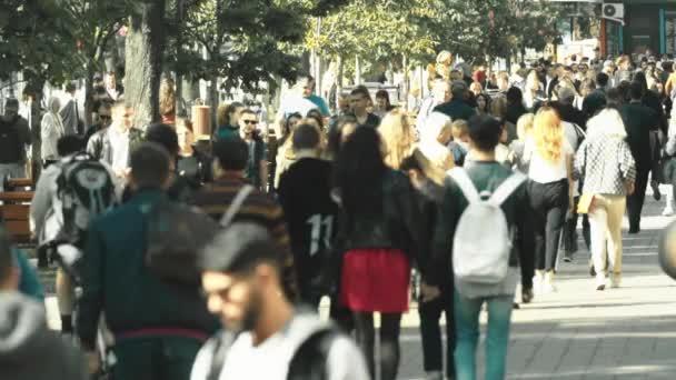 Egy csomó ember sétál az utcán. Lassú mozgás. Kijevben. Ukrajna