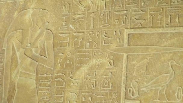 Detailní záběr hieroglyfů. Káhira. Egypt.