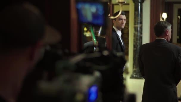 männlicher Schauspieler spielt während der Dreharbeiten eine Rolle. Filmproduktion. Schießen.