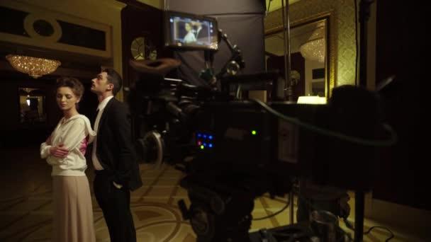 Ein männlicher Schauspieler und eine weibliche Schauspielerin spielen während der Dreharbeiten eine Rolle.