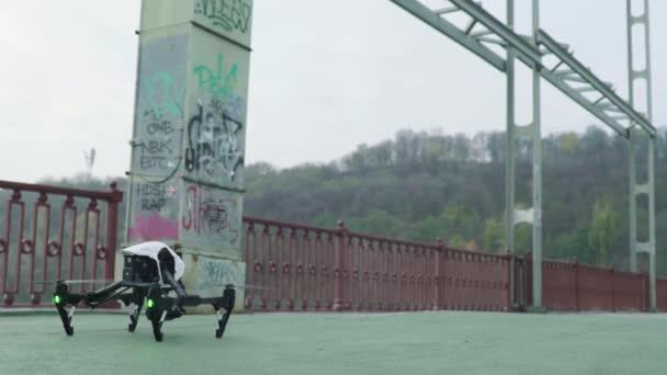 Der Quadrokopter der Drohne während der Dreharbeiten. Filmemachen. Schießen