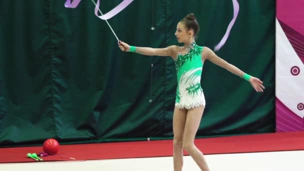 Lány torna szalaggal a verseny alatt. Lassú mozgás. Kijevben. Ukrajna.