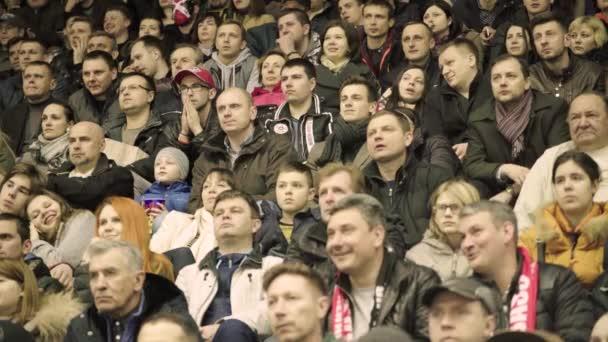 Fanoušci během hokejového zápasu. Na ledové aréně jsou diváci. Kyjev. Ukrajina