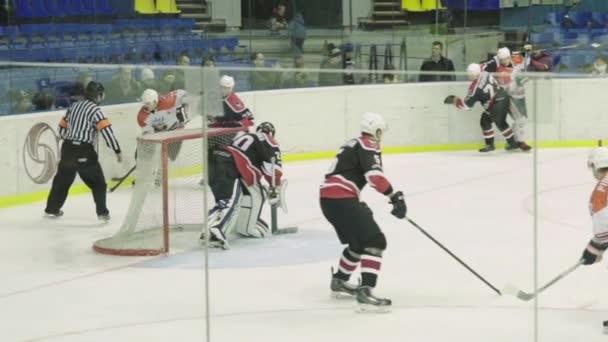 Hokejový zápas v ledové aréně. Zpomal. Kyjev. Ukrajina
