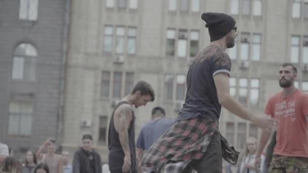 Mann tanzt Breakdance auf der Straße. Zeitlupe. kyiv. Ukraine