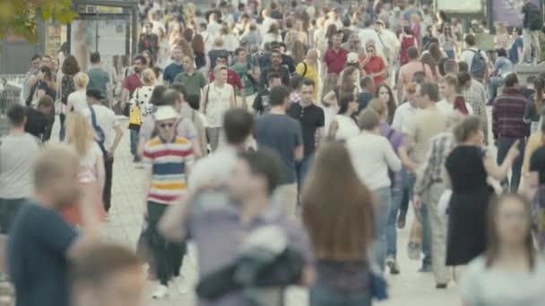 eine Menschenmenge, die die Straße entlang geht. Zeitlupe. kyiv. Ukraine