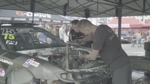 Závodní auto v úkrytu. Automobilový sport. Zpomal. Závod. Kyjev. Ukrajina