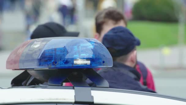 Policisté na místě činu. Blikající policejní blikač. Kyjev. Ukrajina