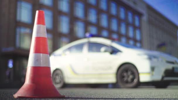 Policejní kužel na cestě. Místo nehody. Transport. Silniční doprava. Podpis. Kyjev.