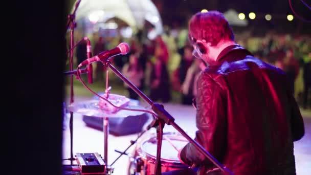 Mužský bubeník na pódiu na koncertě hrající na buben. Kyjev. Ukrajina