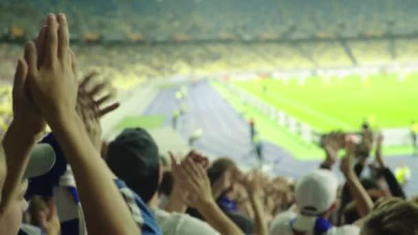 Rajongók a stadionban a meccs alatt. Olimpiyskiy vagyok. Kijevben. Ukrajna.