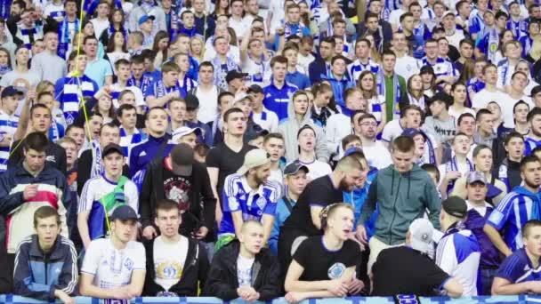 Fans während des Spiels im Stadion. Zeitlupe. olimpiyskiy. kyiv. Ukraine.