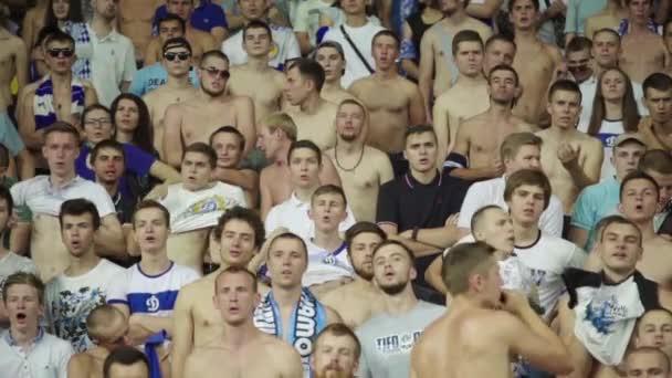 Fanoušci na stadionu během zápasu. Zpomal. Olimpiyskiy. Kyjev. Ukrajina.