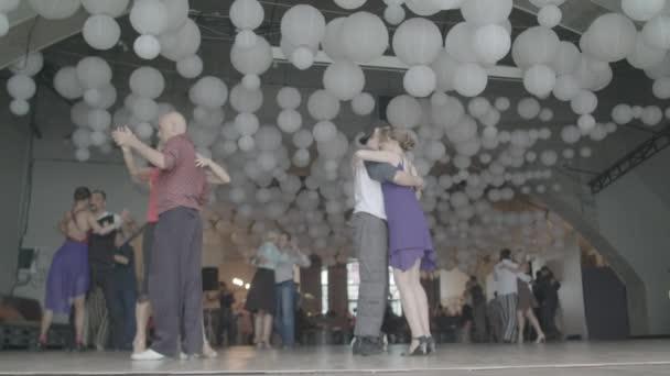 Lidé tančí tango. Zpomal. Kyjev. Ukrajina