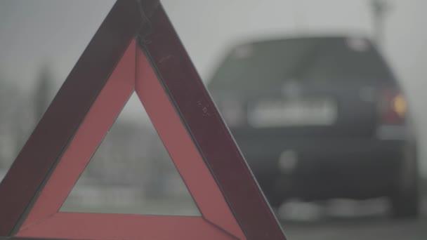 Varovná značka Červený trojúhelník na silnici. Detailní záběr. Crashi. Porucha auta
