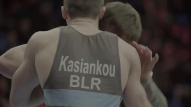 Birkózók verekednek egy birkózó versenyen. Lassú mozgás. Kijevben. Ukrajna.