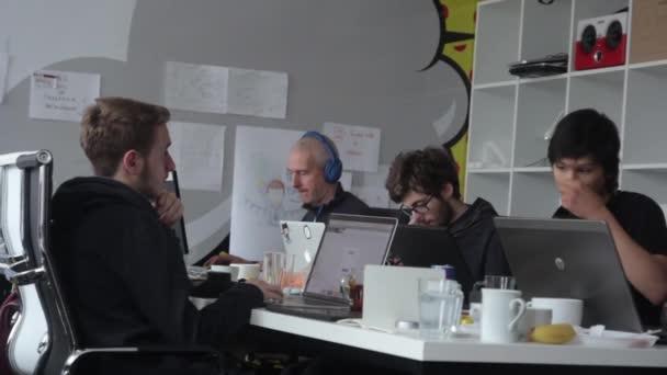Lidé pracují v kanceláři. Spolupracuju. Kyjev. Ukrajina