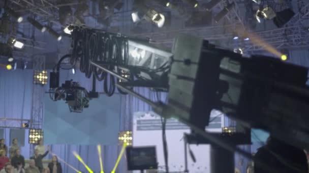 A daru kamerája egy TV stúdióban a felvétel alatt.