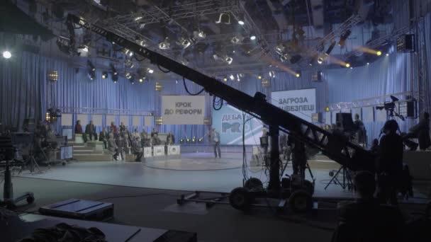 Kamera na jeřábu v televizním studiu během nahrávání televize