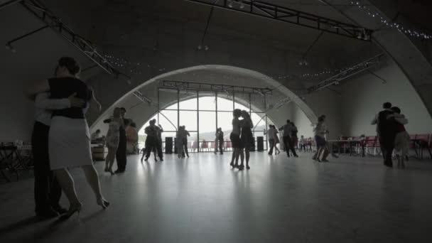 Lidé tančí tango. Kyjev. Ukrajina