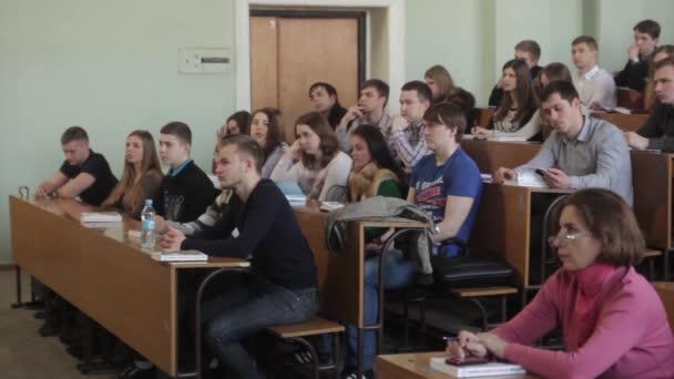 Diákok a közönségben az előadás alatt. Kijevben. Ukrajna