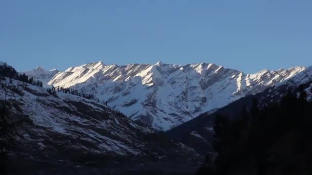 Hory ve sněhu. Dobrý den. Horská krajina. Indie, Tibet, Himálaje