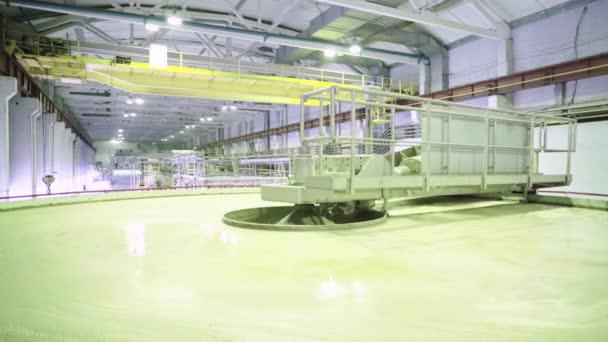 Práce stroje v továrně na papír. Kyjev. Ukrajina