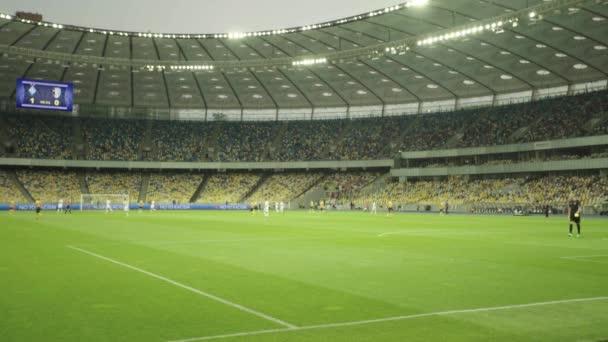 Focimeccs a stadionban. Olimpiyskiy vagyok. Kijevben. Ukrajna.
