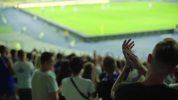 Rajongók a stadionban a meccs alatt. Lassú mozgás. Olimpiyskiy vagyok. Kijevben. Ukrajna.