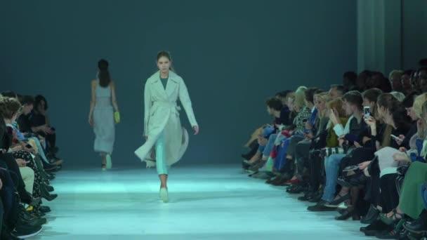 Model auf dem Laufsteg bei Modenschau