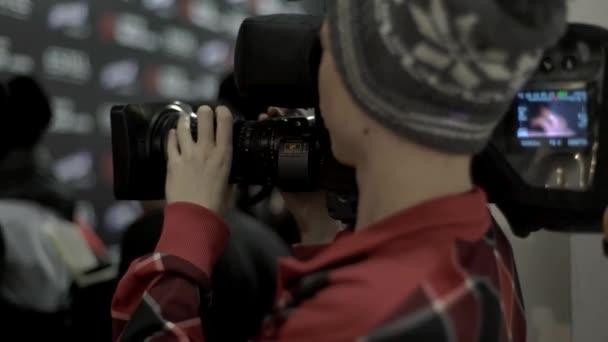 die Arbeit des Kameramanns bei der Modenschau. Presse. Medien. Journalismus. Fernsehen. Archivmaterial