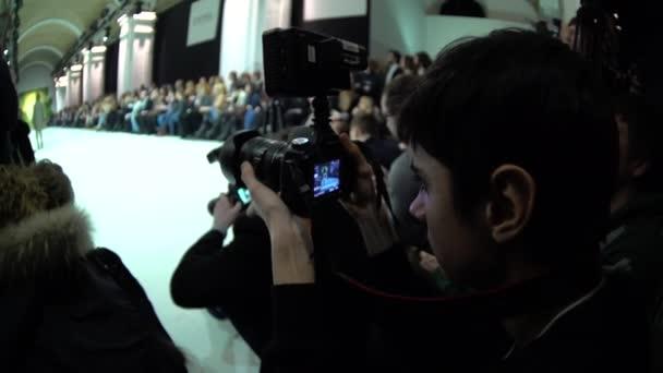 die Arbeit des Fotografen auf der Modenschau. Presse. Massenmedien. Journalismus.
