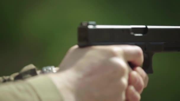 Közelkép egy pisztolyról. Lassú mozgás..