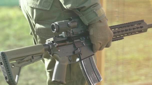 Lövöldözés közben egy lövész kezében. Lassú mozgás. Közelkép.