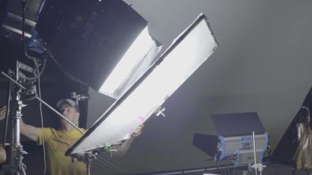 Világítás a forgatás közben a forgatáson. Filmkészítés. Lövöldözés.